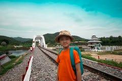Pojkar som vandrar för lopp med drevet royaltyfri foto