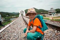 Pojkar som vandrar för lopp med drevet fotografering för bildbyråer
