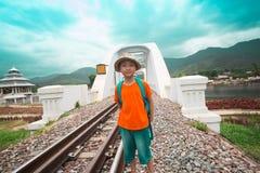 Pojkar som vandrar för lopp med drevet royaltyfria bilder