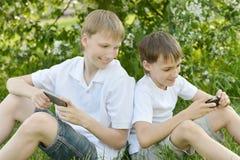 Pojkar spelar en lek fotografering för bildbyråer