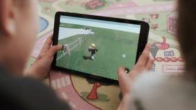 Pojkar spelar videospel Digital tablet lager videofilmer