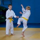 pojkar taekwondo som utbildar två Arkivbild