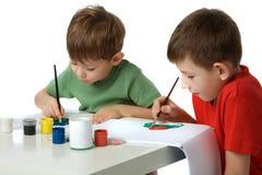 pojkar tecknar två arkivbild