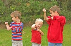 pojkar tränga sig in av uppvisning Arkivfoto