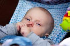 Pojke 5 månader som är gammala på pramen Royaltyfri Fotografi