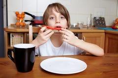 pojke 6 äter den gammala smörgåsen skivat tomatår Arkivfoto