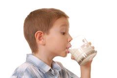 pojke 7 mjölkar Arkivbild