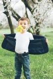 Pojke blommor, gåva, förälskelse, gyckel som är stilfull, tappning som är elegant, unge, barn Arkivbild
