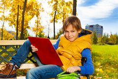 Pojke efter skola i parkera Royaltyfri Fotografi