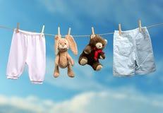 Pojke eller flicka? på den utomhus- klädstrecket arkivbild