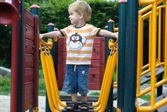 Pojke eller unge som spelar på lekplats. Royaltyfri Foto