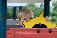 Pojke eller unge som spelar på lekplats. Royaltyfria Bilder
