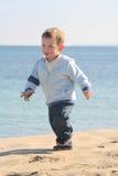 pojke för 02 strand little stående Royaltyfri Foto