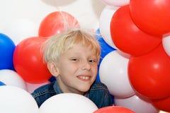 pojke för 3 ballonger Arkivbilder