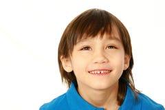 Pojke för blandat lopp som ser upp arkivfoto