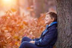 Pojke för härligt barn i höstnaturen royaltyfri fotografi