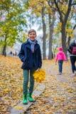 Pojke för härligt barn i höstnaturen arkivfoto