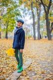 Pojke för härligt barn i höstnaturen arkivbilder