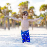 Pojke för liten unge som har gyckel på den tropiska stranden Royaltyfria Foton