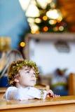 Pojke för liten unge som spelar en ängel av julberättelsen i kyrka arkivfoto