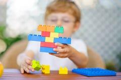 Pojke för liten unge som spelar med plast- kvarter Arkivfoton