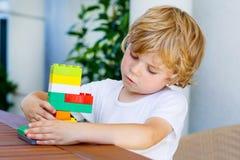 Pojke för liten unge som spelar med plast- kvarter Arkivfoto