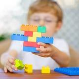 Pojke för liten unge som spelar med plast- kvarter Fotografering för Bildbyråer