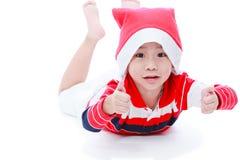 Pojke för lycklig jul som lägger och ler Arkivbild