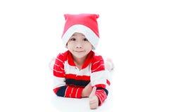 Pojke för lycklig jul som lägger och ler Royaltyfri Bild