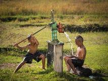 Pojke för två barn som vaggar grundvattenbad i de varma dagarna Royaltyfri Foto