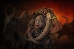 Pojke från den afrikanska stammen Mursi, Etiopien arkivbild