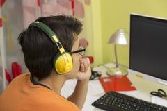 Pojke framme av datorskärmen Arkivbilder