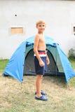 Pojke framme av tältet Royaltyfria Bilder