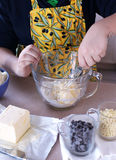 Pojke 12 gamla som år gör kakor för chiper för en choklad Royaltyfria Bilder