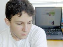 pojke hans bärbar dator Fotografering för Bildbyråer