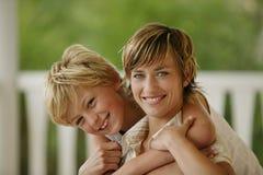 pojke hans krama små moder Royaltyfri Bild