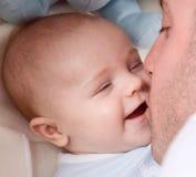 pojke hans kyssa arkivfoton