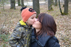 pojke hans kyssande moder Royaltyfria Bilder