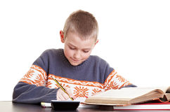 pojke hans läxaworking Arkivfoto