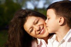 pojke hans små moder för kyss Royaltyfria Bilder