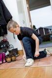 pojke hans små skoband Arkivfoton
