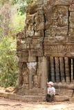 Pojke i Angkor royaltyfri foto