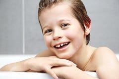 Pojke i bad Fotografering för Bildbyråer