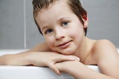 Pojke i bad Arkivfoto