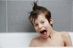 Pojke i bad med mohican Royaltyfri Foto