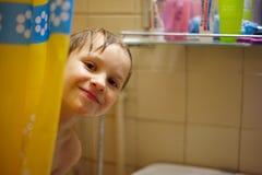 Pojke i badet Royaltyfri Foto