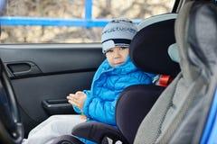 Pojke i bil Arkivbild