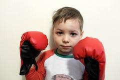 Pojke i boxninghandskar Arkivbilder