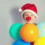 Pojke i den Santa Claus hatten Arkivfoto