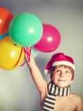 Pojke i den Santa Claus hatten Royaltyfria Bilder